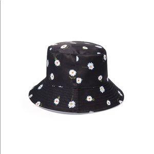 NWT Alice+Olivia Daisy print reversible bucket hat
